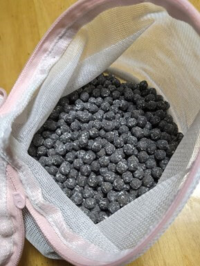黒く酸化したマグネシユムの粒  入浴剤 ム